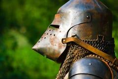 Mens in de helm van de ridder stock foto