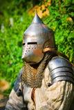 Mens in de helm van de ridder stock afbeelding