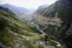 Mens in de hoge Bergen van de Kaukasus royalty-vrije stock foto