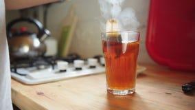 Mens in de keuken die thee voorbereiden stock footage