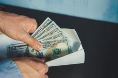 Mens in de Kostuums van Mensen Steekpenning en corruptie met dollarbankbiljetten royalty-vrije stock foto