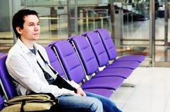 Mens in de luchthaven. Royalty-vrije Stock Afbeelding