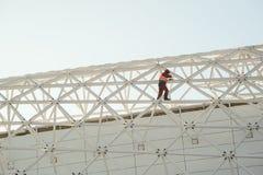 Mens in de moeilijke situaties van de overallbouwer op de hoogte Royalty-vrije Stock Foto's