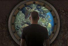 Mens in de onderzeeër stock afbeelding
