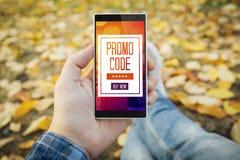 mens in de park het letten op promocode royalty-vrije stock foto