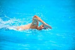 Mens in de pool Stock Foto's