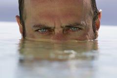 Mens in de pool Royalty-vrije Stock Fotografie