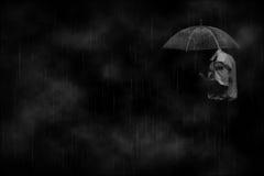Mens in de regen eenzaamheid droefheid stock foto