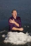 Mens in de schreeuw van het ijsgat Stock Afbeelding