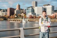 Mens in de stad van Portland, Oregon Royalty-vrije Stock Afbeeldingen