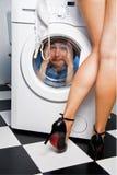 Mens in de wasmachine Royalty-vrije Stock Afbeeldingen