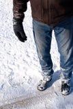Mens in de winter, borst neer. Stock Foto's