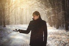 Mens in de winterbos Stock Afbeeldingen