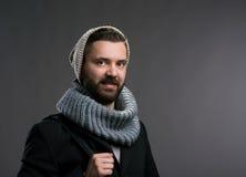 Mens in de winterlaag, sjaal en beanie Het schot van de studio royalty-vrije stock foto