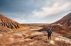 Mens in de woestijn stock foto's