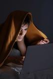 Mens in deken die laptop met behulp van Royalty-vrije Stock Afbeelding