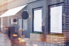 Mens dichtbij een concreet muurrestaurant met een affiche Royalty-vrije Stock Afbeeldingen