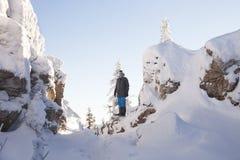 Mens dichtbij rotsen Sneeuw Behandelde Sparren Berg Zyuratkul, de winter Stock Afbeelding
