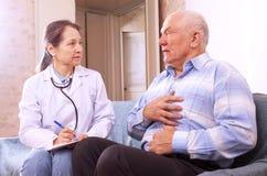 Mens die aan arts over symptomen klagen royalty-vrije stock afbeelding
