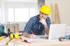 Mens die aan bouwwerf werken Royalty-vrije Stock Afbeelding
