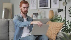 Mens die aan Creatief Bureau voor het Werk komen stock videobeelden