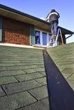 Mens die aan dak werkt Stock Foto's