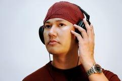 Mens die aan de muziek luistert Royalty-vrije Stock Foto