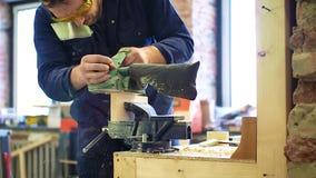 Mens die aan een houten schavende machine werken Sluit omhoog mening stock footage