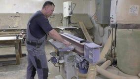 Mens die aan een machine werken stock footage