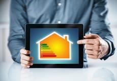 Mens die aan een online energiegrafiek richten Stock Foto's