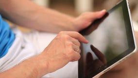 Mens die aan een tablet werken stock video