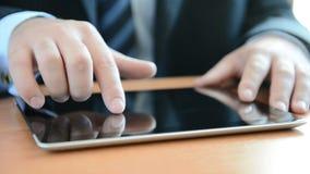 Mens die aan een tabletPC werkt stock videobeelden