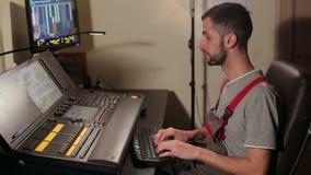 Mens die aan een toetsenbord in een opnamestudio werken stock video