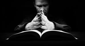 Mens die aan God bidden Royalty-vrije Stock Foto's