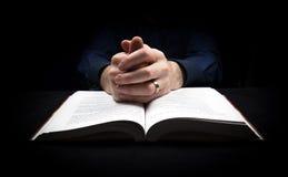 Mens die aan God bidden Royalty-vrije Stock Fotografie