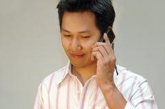 Mens die aan handphone spreekt Stock Foto's