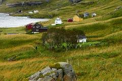 Mens die aan het dorp VInstad naast een kerkhof op Lofoten-Eilanden in Noorwegen wandelen royalty-vrije stock fotografie