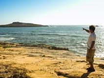 Mens die aan het eiland richten Royalty-vrije Stock Afbeelding