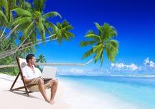 Mens die aan het strand werkt royalty-vrije stock foto's