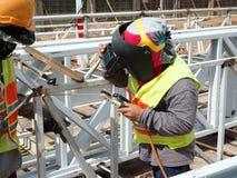 Mens die aan het Werken bij hoogte werken stock foto's