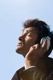 Mens die aan hoofdtelefoons luistert royalty-vrije stock afbeeldingen