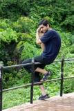 Mens die aan iemand met mobiele telefoon spreekt Royalty-vrije Stock Afbeeldingen