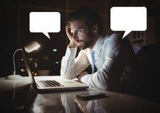Mens die aan laptop met lege praatjebellen werken Royalty-vrije Stock Afbeeldingen
