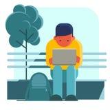 Mens die aan laptop op de straat werkt Stock Afbeelding