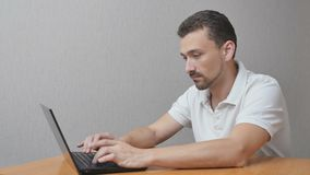 Mens die aan laptop werken en een fout hebben stock videobeelden