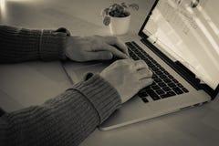 Mens die aan laptop werkt stock afbeelding