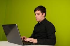 Mens die aan laptop werkt royalty-vrije stock fotografie