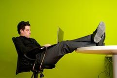 Mens die aan laptop werkt royalty-vrije stock afbeeldingen