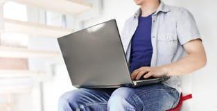 Mens die aan laptop werkt Stock Foto