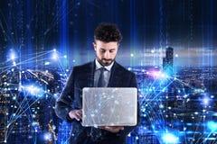 Mens die aan laptop werkt Concept softwareanalyse royalty-vrije stock afbeelding